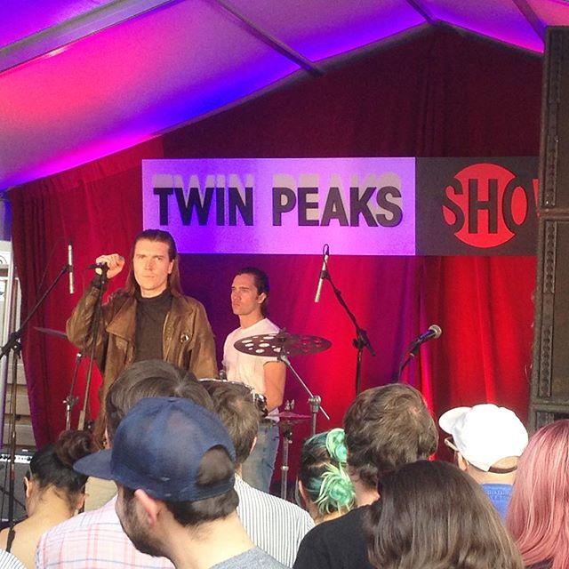 @alkcm subito di diritto nel cast di @twinpeaks. David Lynch ci leggi? #alexcameron #sxsw #sxsw17 #music #festival #live #twinpeaks #showtime