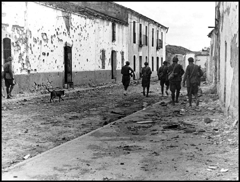 Una-foto-di-Gerda-Taro-Soldati-repubblicani-presso-La-Granjuela-Cordova-1937